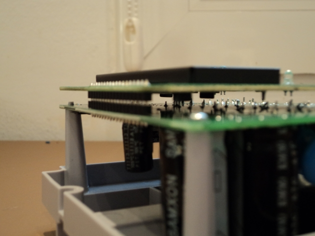Detalle de la unión. La placa de la pantalla va soldada a la placa general.